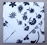 5. Можно изгиб сделанный во втором шаге вставить в последний и конверт будет держаться в закрытом состоянии.